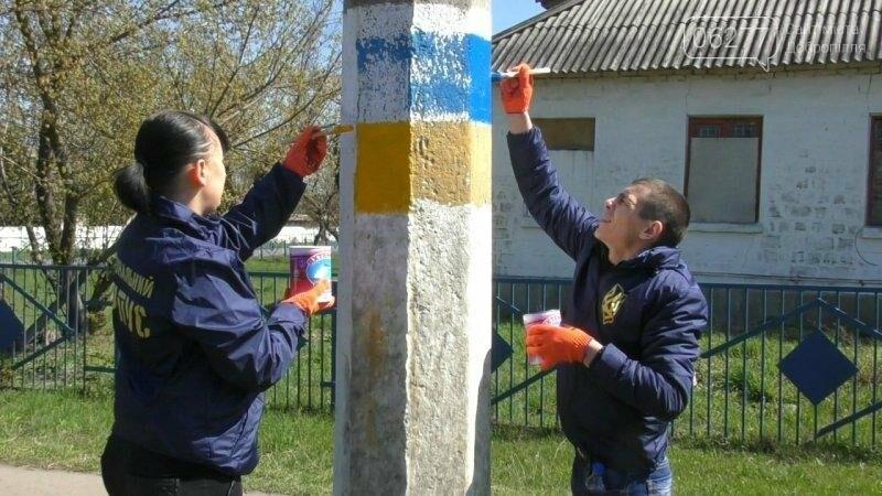 Активисты в Доброполье самостоятельно вернули национальную символику на главные улицы, фото-1