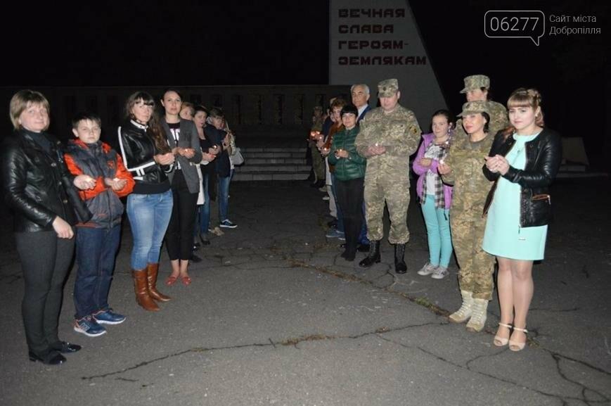В День памяти и примирения в Доброполье пели, читали стихи и зажигали свечи, фото-2