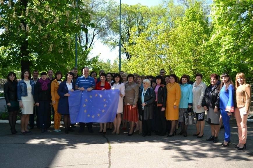 #БезвизНаш: в Добропольской райгосадминистрации торжественно подняли флаги Украины и ЕС, фото-1