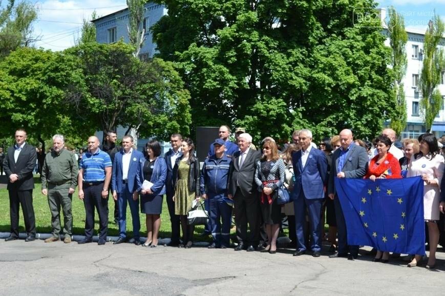 В Доброполье Павел Жебривский вместе с горожанами отпраздновал отмену визового режима с Европой, фото-1