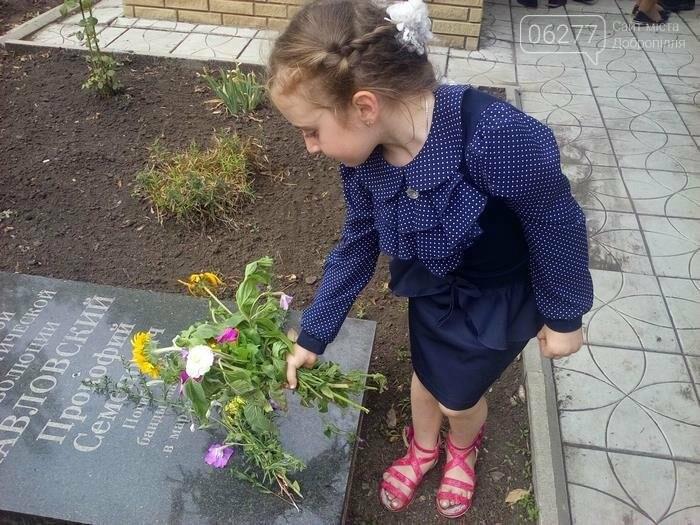 В Золотоколодяцкой школе Добропольского района состоялась выставка цветочных композиций в память о Великой Отечественной войне, фото-1