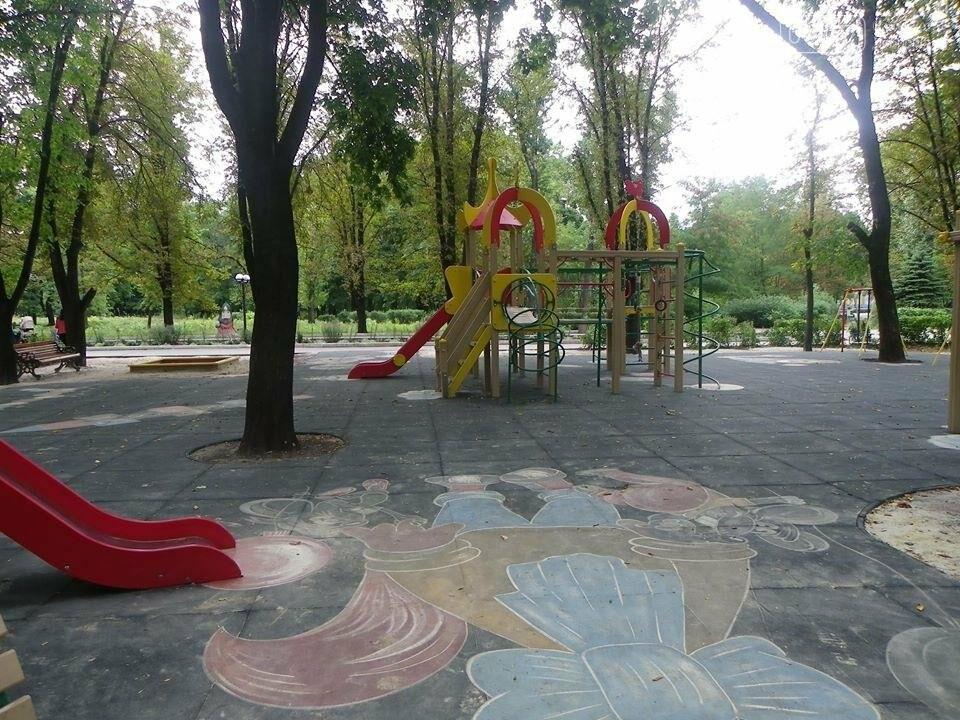 В Доброполье в городском парке  власти обустраивают детскую площадку, фото-3