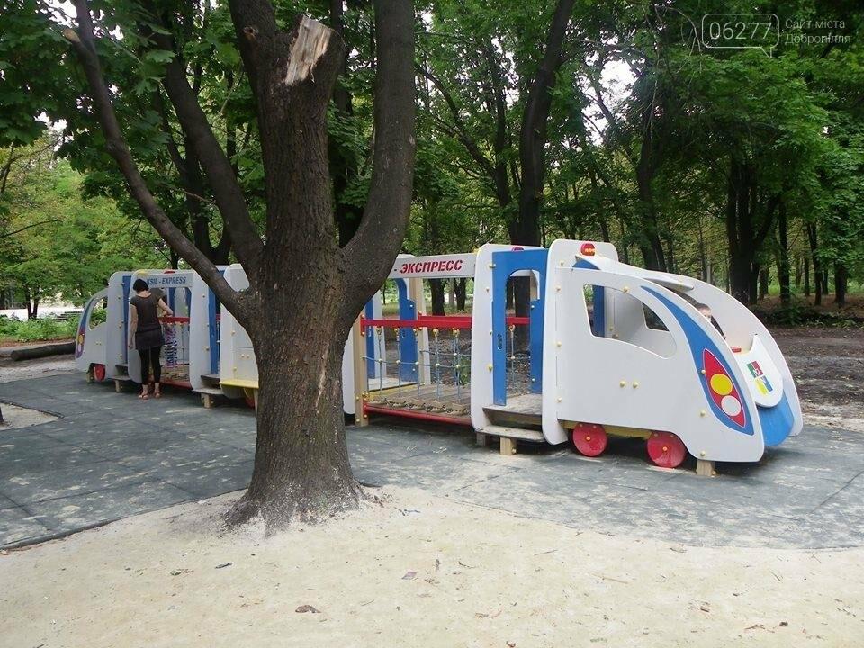 В Доброполье в городском парке  власти обустраивают детскую площадку, фото-4