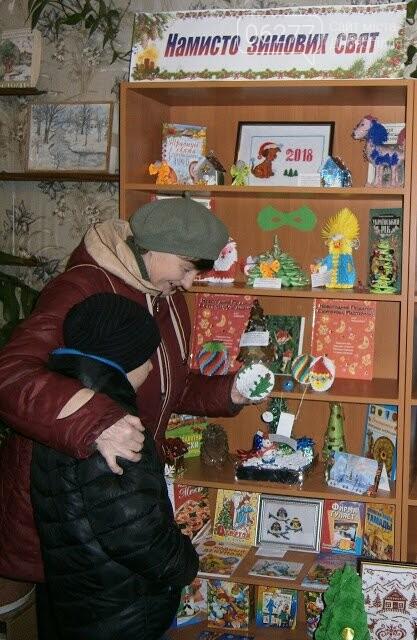 В бібліотеках Добропільського району оформлено книжково-ілюстративну експозицію «Намисто зимових свят», фото-2