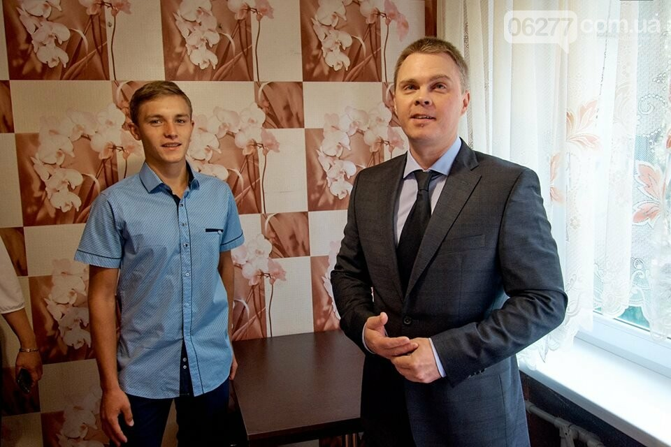 У селищі Білозерське вручили ключі від однокімнатної квартири 18-річному Олександру Андрощенку, фото-1