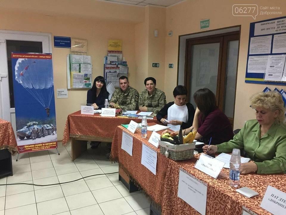 """Сьогодні у Добропільському міському центрі зайнятості відбувся Ярмарок вакансій та послуг служби зайнятості """"Гідна робота для кожного"""", фото-1"""