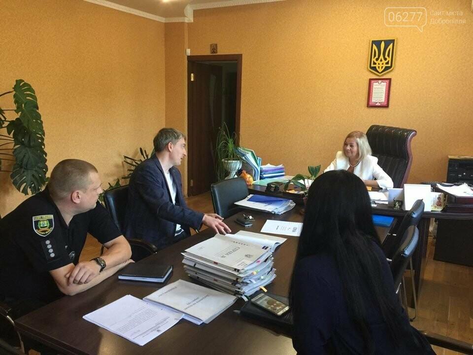 """Сьогодні у Добропільському міському центрі зайнятості відбувся Ярмарок вакансій та послуг служби зайнятості """"Гідна робота для кожного"""", фото-3"""