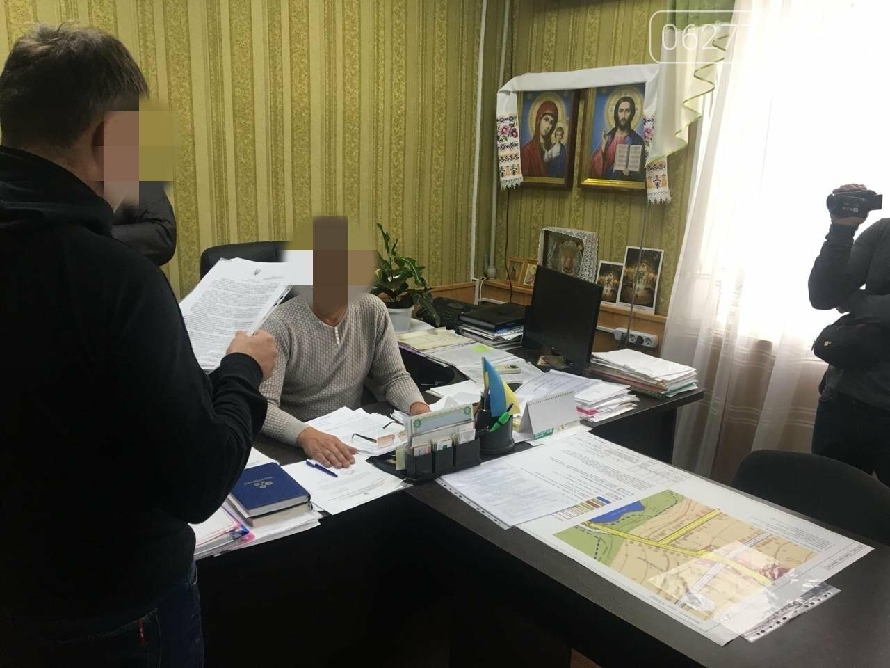 У Добропільському районі голову сільської ради викрито під час отримання неправомірної вигоди, фото-2
