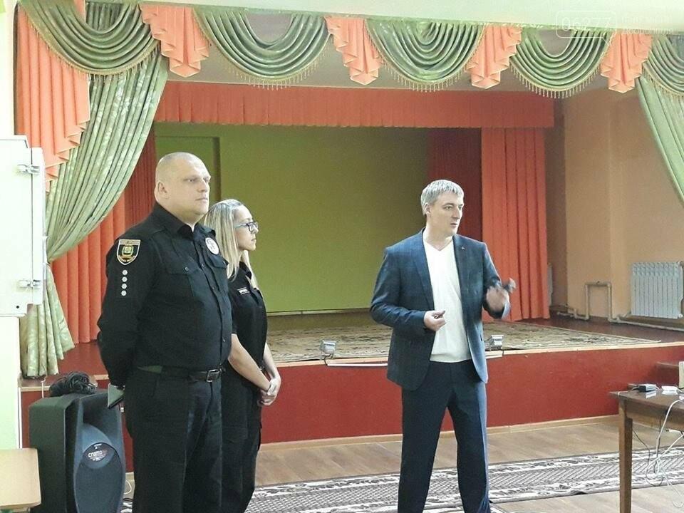 Начальник поліції Добропілля провів «факультатив з поліцейським» для старшокласників ЗОШ №10, фото-2
