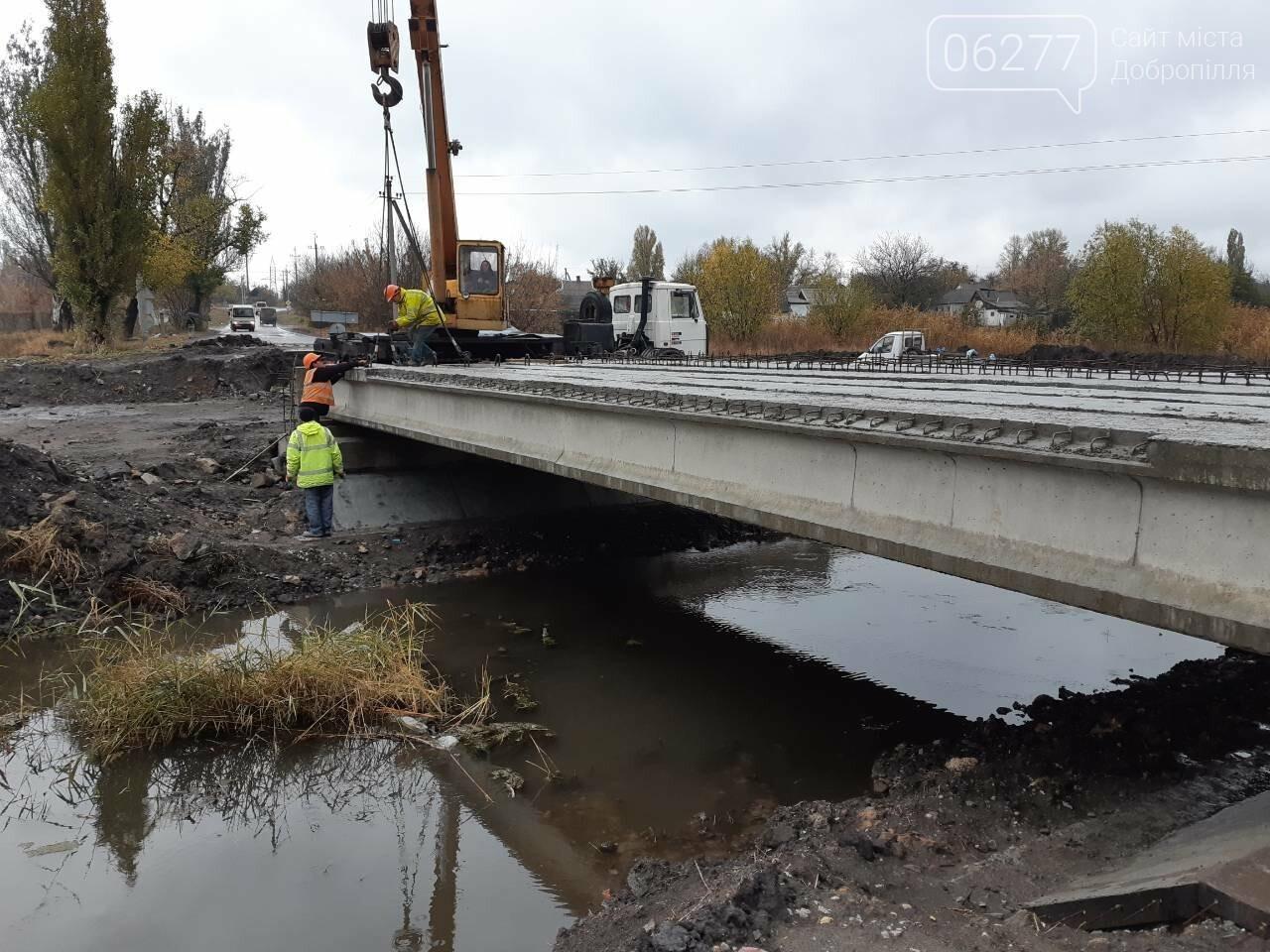 Добропільський район: завершено роботи з улаштування балок прогонової будови моста у с. Ганнівка, фото-1