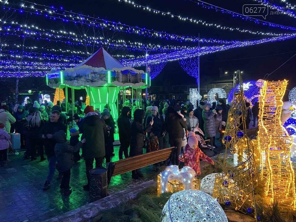 Зимове місто запалює вогні: у Добропіллі засяяла новорічна ялинка, фото-1