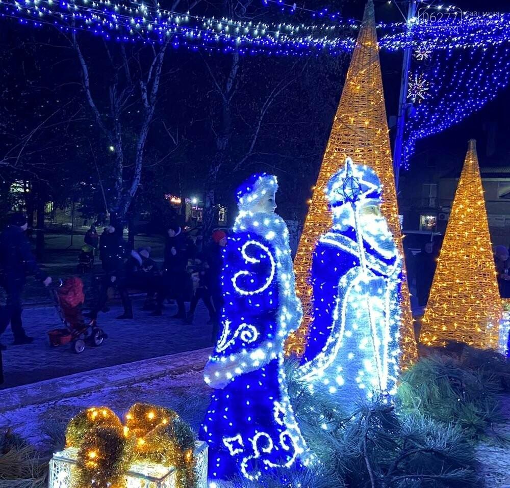 Зимове місто запалює вогні: у Добропіллі засяяла новорічна ялинка, фото-3