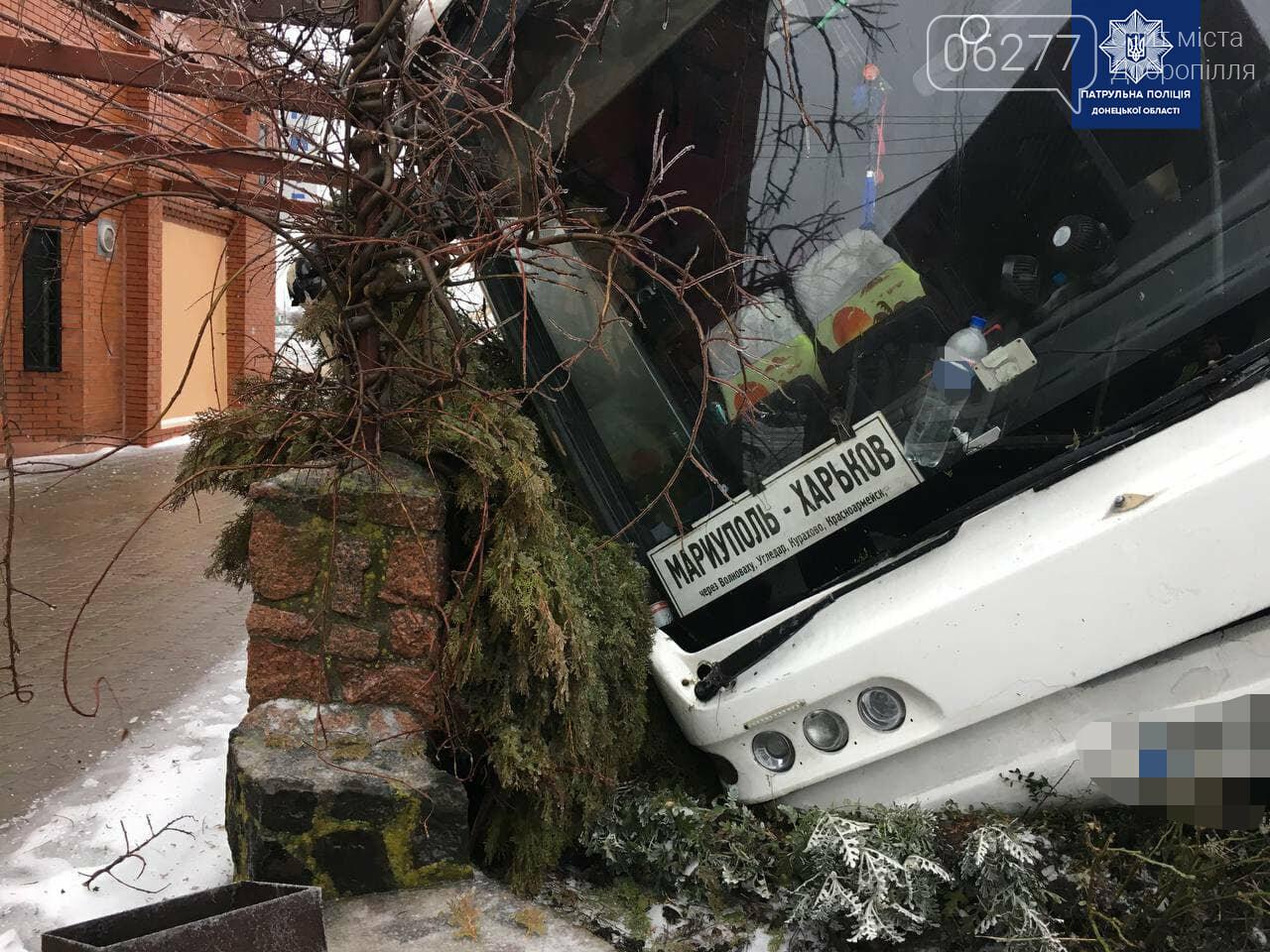 В Донецкой области в кювет съехал рейсовый междугородний автобус, фото-1